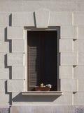 Fönster med de stängda slutarna Arkivbilder