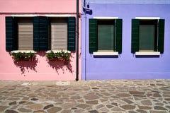 Fönster med den öppnade gröna slutaren burano italy venice Royaltyfri Foto