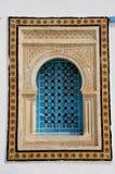 Fönster med den islamiska bågen i Tunisien royaltyfria foton