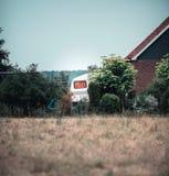 Fönster med den orange gardinen av tappninghusvagnen royaltyfri bild