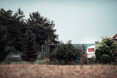Fönster med den orange gardinen av tappninghusvagnen royaltyfri fotografi
