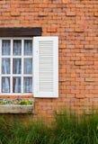 Fönster med den röda tegelstenväggen. fotografering för bildbyråer