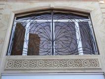 Fönster med den traditionella prydnaden Arkivfoto