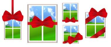 Fönster med det röda bandet och pilbåge som en gåva med en landskapsikt Arkivbild