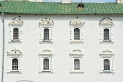 Fönster med duvorna på fasaden Royaltyfri Bild