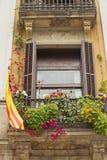 Fönster med en Catalan flagga. Royaltyfri Foto
