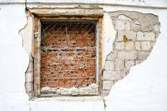 Fönster med en gallertegelsten royaltyfria foton