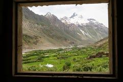Fönster med en sikt av den härliga dalen och berget, Ladakh, Indi Arkivfoto