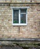 Fönster med en tegelstenvägg Arkivbild