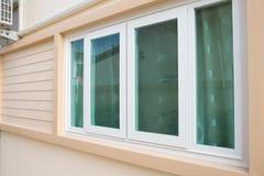 Fönster med fönsterrullgardiner på wood väggar Royaltyfri Bild