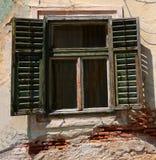 Fönster med gamla wood slutare Arkivfoto