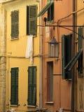 Fönster med hängande kläder arkivbilder
