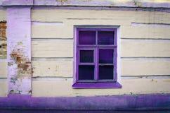 Fönster med lilaramen Arkivbild