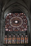 Fönster med målat glass i den gotiska domkyrkan Royaltyfri Bild