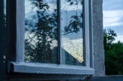 Fönster med reflexion efter regn royaltyfri bild