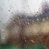 Fönster med regndroppar Arkivfoton