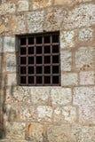 Fönster med rostiga järnstänger Arkivbilder