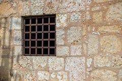 Fönster med rostiga järnstänger på en vägg Royaltyfri Bild