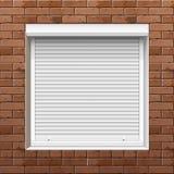 Fönster med rullande slutare på en tegelstenvägg Royaltyfri Fotografi
