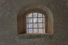 Fönster med säkerhetsgallret av en forntida slott Arkivfoton