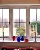Fönster med sikt av buskar Arkivbild
