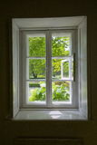 Fönster med sikt på trädgård Arkivfoton