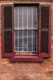 Fönster med slitna ut träslutare Royaltyfri Bild