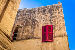 Fönster med slutare i gammalt maltessehus Arkivfoton