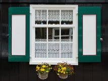 Fönster med slutare i Marken Royaltyfri Bild