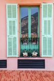 Fönster med slutare i Monaco-Ville, Monaco Arkivfoto