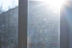 Fönster med smutsigt och dammigt exponeringsglas i dagsljus arkivfoton