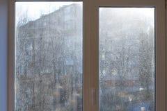 Fönster med smutsigt och dammigt exponeringsglas i dagsljus royaltyfri foto