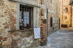 Fönster med stänger i det gamla huset av staden av Montepulciano, arkivfoto