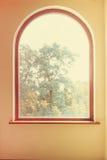 Fönster med träd och den gula väggen Arkivbilder