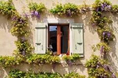 Fönster med träskuggor på ett gammalt lantligt hus Royaltyfri Fotografi