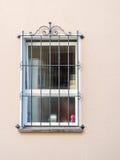 Fönster med tråd på den kräm- färgväggen Royaltyfri Fotografi