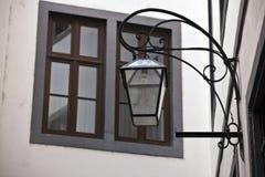 Fönster och antikvitetlampa Arkivfoto