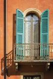 Fönster och balkong på ett bostads- hem, Italien Royaltyfria Bilder