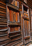 Fönster och dörr på ett spökstadhus Arkivfoto