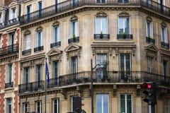 Fönster och detaljer för Paris arkitekturbalkonger i arkitektonisk konst för fransk stad i Europa royaltyfria bilder