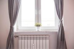 Fönster och element Värma och inre royaltyfria foton