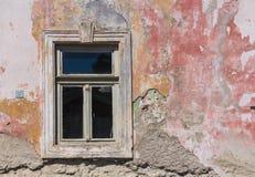Fönster och en fasad av ett gammalt hus Royaltyfri Fotografi