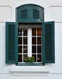 Fönster och flowerbox Arkivbild