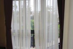 fönster och gardin Arkivfoto