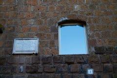 Fönster och gravsten arkivbilder