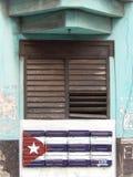 FÖNSTER OCH KUBANSK FLAGGA, HAVANNACIGARR, KUBA Royaltyfri Bild