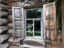 Fönster och lila Arkivfoto