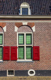 Fönster och rullgardiner av ett traditionellt holländskt hus i Alkmaar Arkivbild