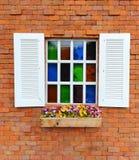 Fönster- och tegelstenvägg Royaltyfri Bild