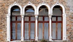 Fönster- och tegelstenväggbyggnad arkivbilder
